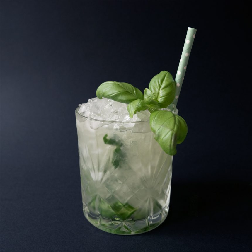 Elder Basil Smash Drink Recept